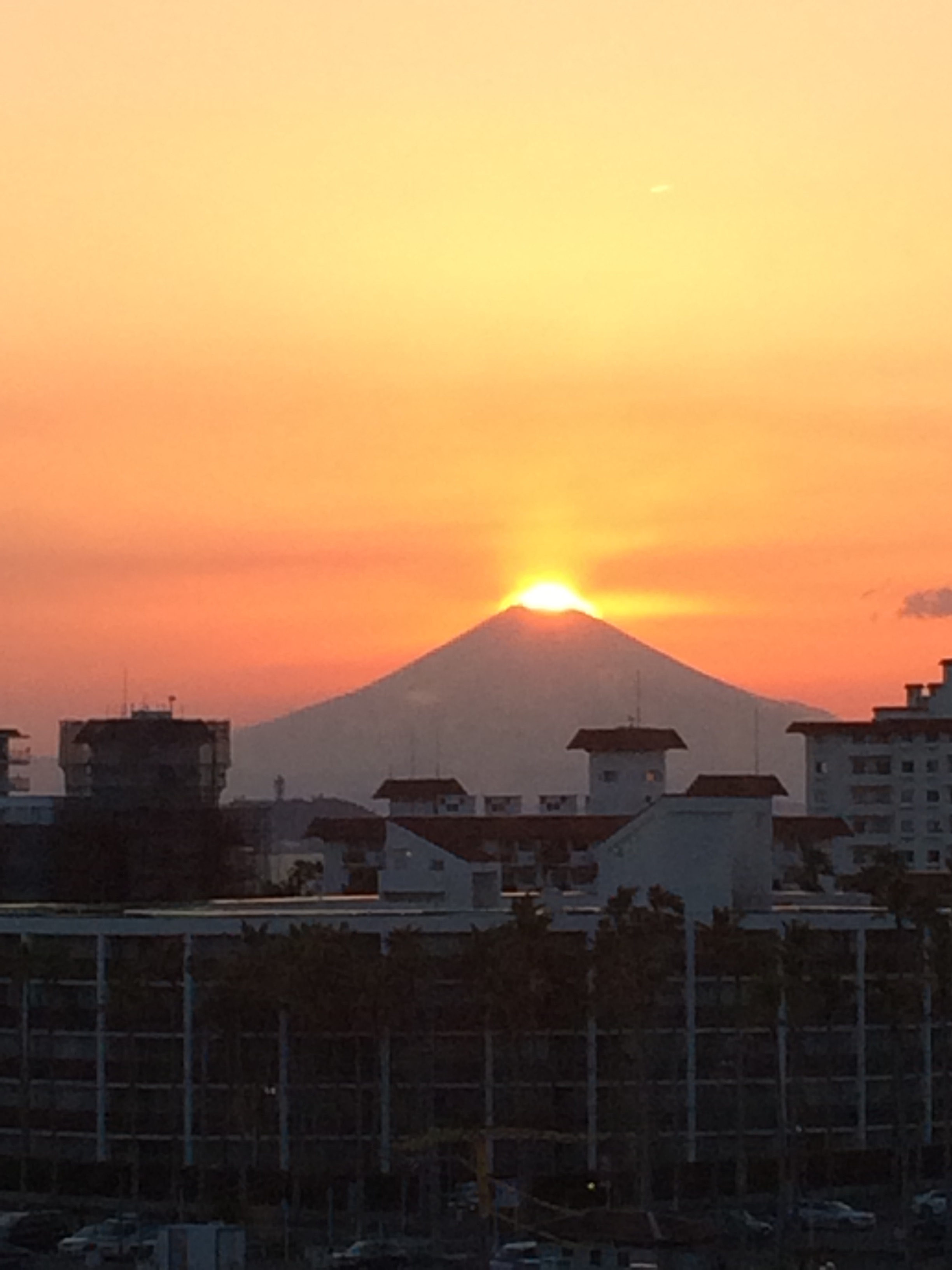 時に、西暦2015年9月6日17時48分、ダイヤモンド富士、逗子海岸に襲来