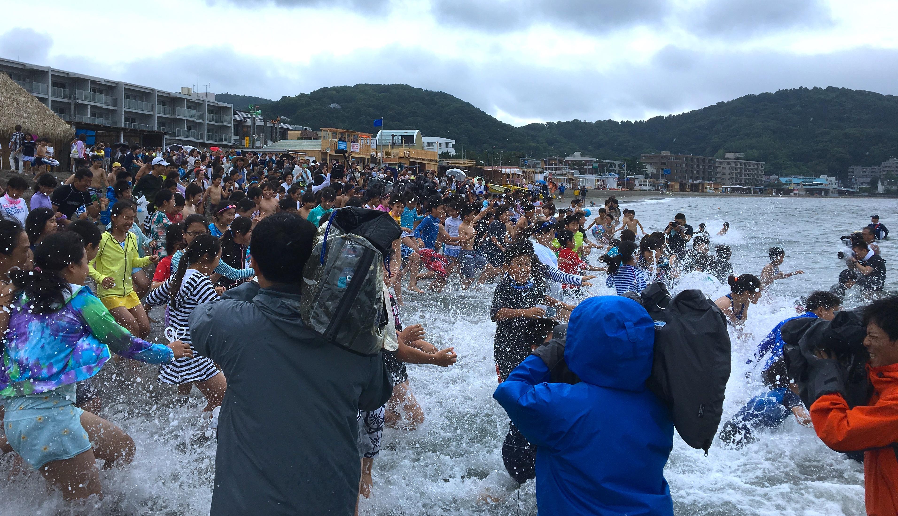 あいにくの雨模様のなか関東一早い海開き@逗子海水浴場